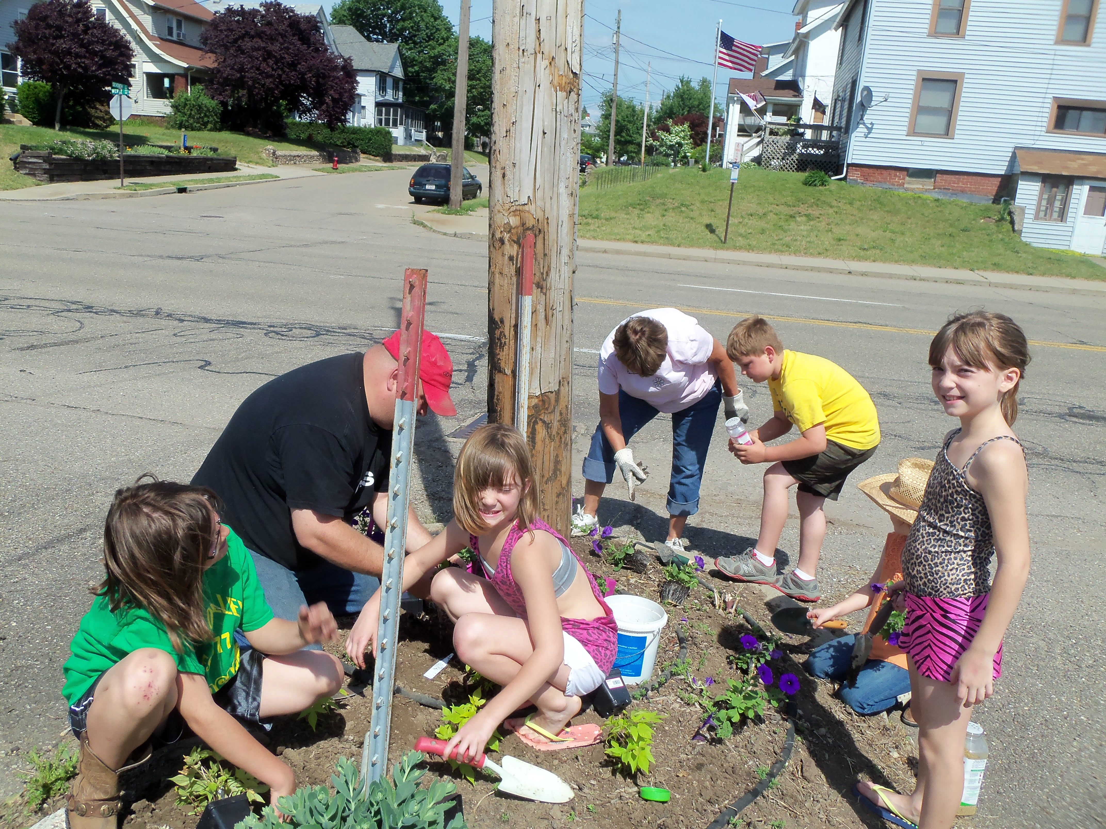 4H students planting annuals